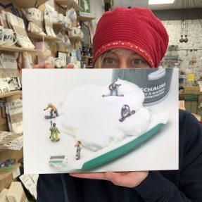 """Jannis Miniaturwelten - """"Snowboarder im Rasierschaum"""" - grosses Bild 300x200mm"""